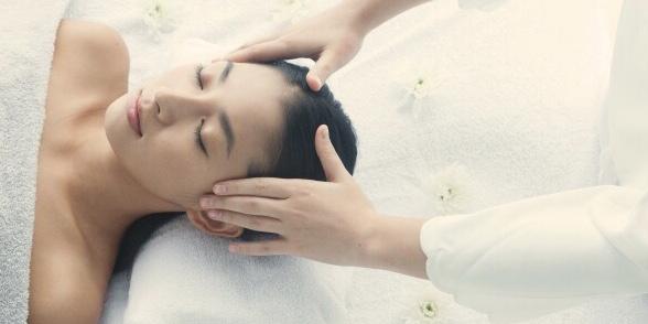 秦野市ヘッドスパ専門アロマサロンsuiのドライヘッドスパを受けている女性