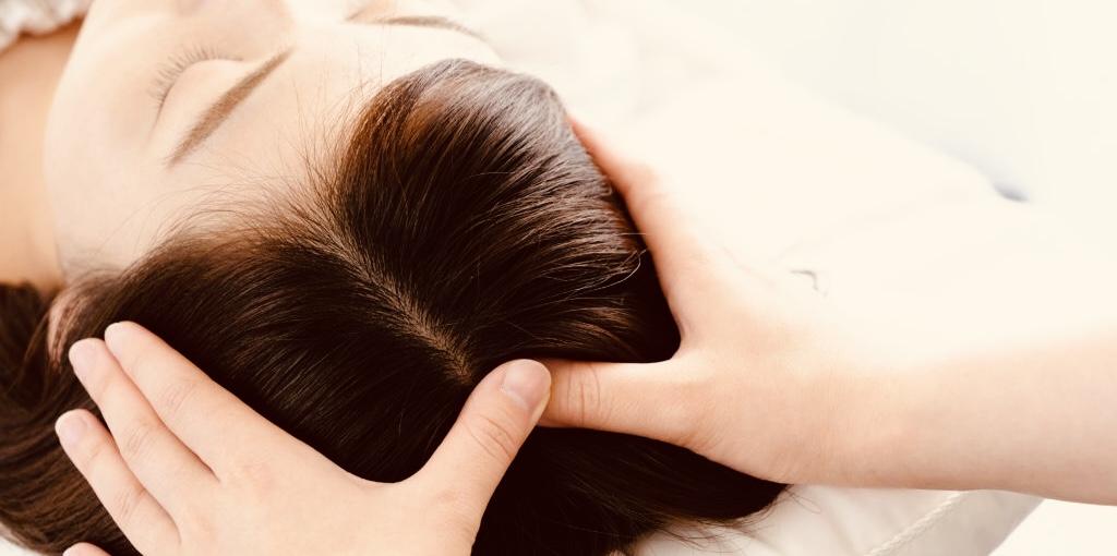 秦野市ヘッドスパ専門アロマサロンsuiのヘッドスパでツボを押している